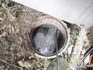 高圧洗浄機で排水管内を洗浄していきます