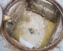 豊中市でのトイレ汚水が大きなマンホール内で詰まり汚物が固形化している状態