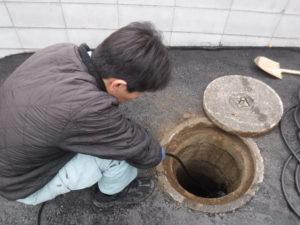 池田市での排水本管が詰まり数世帯にトラブルが発生した詰まりの解消作業中