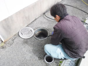 伊丹市クリニックでの排水管洗浄作業の様子