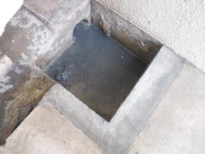 パイプが詰まり洗濯排水溝の水が引きにくい状態