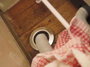 大阪府箕面市の一戸建て住宅にて洗濯機排水詰まりトラブルの解消作業前