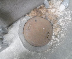 兵庫県伊丹市での排水管詰まりのため汚水が地面に溢れて逆流している様子
