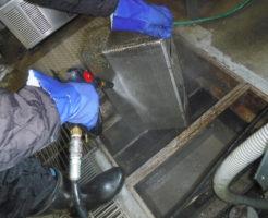 グリストラップのゴミ受けフィルター洗浄作業の様子