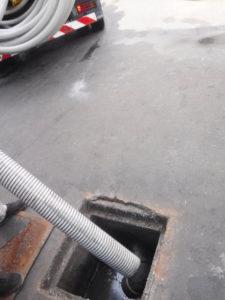側溝の掃除と汚水桝の汚泥撤去処分作業、排水管の清掃