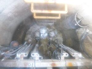 汚水ピットの固型化した汚物の剥離作業前
